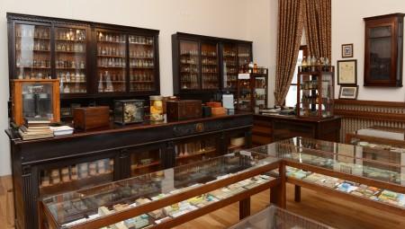İÜ Eczacılık Fakültesi öğrencilerinin dersler kapsamında kullandıkları müzeyi, fakülte dekanlığından izin alarak gezmek mümkün.