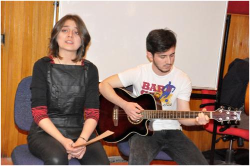 Büşra Çilem Dibek, Birsen Tezer'in Çığlık Çığlığa şiirini Burak Kılınç'ın gitarı eşliğinde seslendirdi.