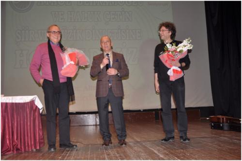 Kartal Belediye Başkanı Op. Dr. Altınok Öz etkinlik sonunda Behramoğlu ve Çetin'e çiçek takdim etti.