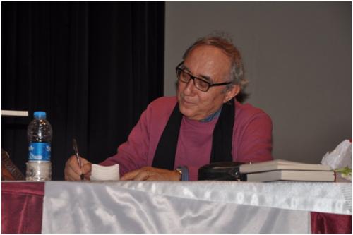 Ünlü şair dinleti sonunda kitaplarını okurları için imzaladı.